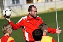 Odborníci ze Zbrojovky Brno Jiří Vorlický (na snímku) a Vladimír Chaloupka předvedli mládežnickým trenérům Ratíškovic a Vacenovic ukázkový trénink mládeže.