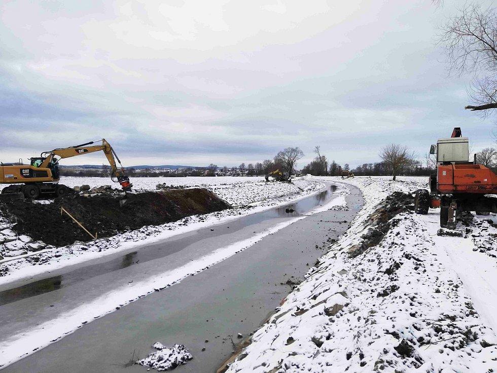 Vodohospodáři využívají uzavření Baťova kanálu k opravám a stavbě servisních stání.