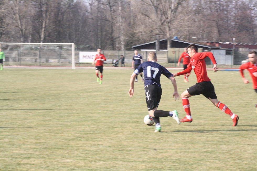 Fotbalisté Hodonína (červené dresy) vstoupili do prvního jarního duelu výhrou nad Vyškovem 4:1. Trenér Polách má za sebou parádní premiéru na lavičce naftařů.