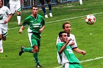 Fotbalisté Bzenec (v zeleném) budou na jaře spoléhat na útočníka Petra Kasalu i záložníka Tomáše Zůbka.
