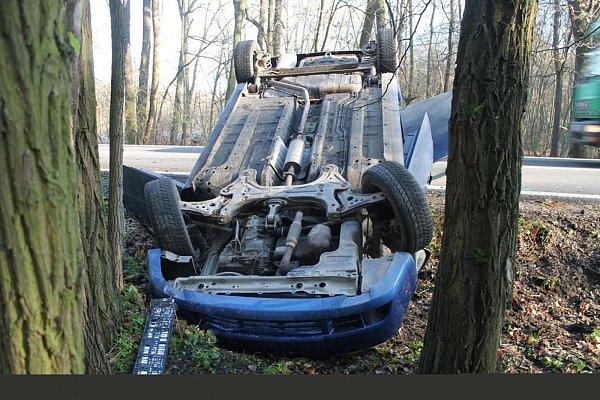 Řidička havarovala vzatáčce uRatíškovic. Auto převrátila na střechu.