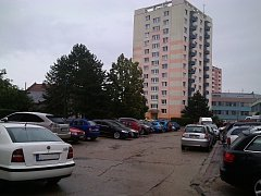 Parkovací plochy na Národní třídě v Hodoníně v okolí domu číslo 46 krátce po poledni.