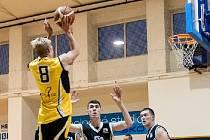 Hodonínští basketbalisté (v černých dresech) si v dohrávce 6. kola oblastní ligy snadno poradili s Vyškovem a dostali se do čela tabulky.
