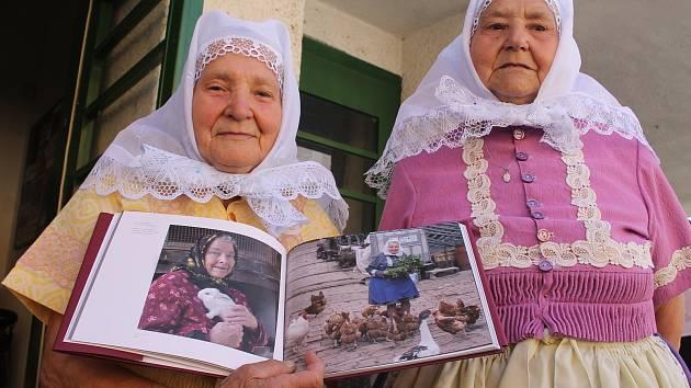 Křest knížky Víchernice. Zaměřuje se na mizející babičky, které oblékají lidové kroje.