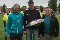 Ratíškovičtí funkcionáři Petr Koplík (na snímku vpravo) a Roman Svoboda před sobotním zápasem s Veselím nad Moravou předali bývalému brankáři Romanu Pelíškovi dárkový koš.