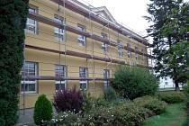 Základní škola a mateřská škola v Petrově prochází rozsáhlými opravami. Přibyla i ovocná stezka.