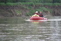 Hledání ztracených vodáků na řece Moravě.