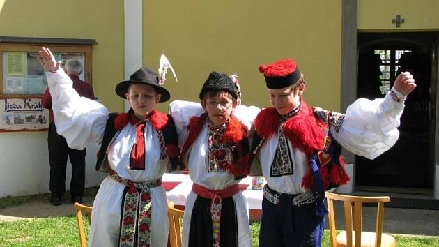 """Mladí panovníci, kteří letos pojedou v čele krojovaných družin ve Vlčnově, Hluku a Kunovicích, podepsali na věhlasné Blatnické hoře pamětní listinu jako připomínku jejich historického """"summitu""""."""