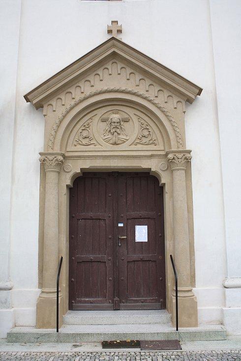 Vstupního portál do kostela svatého Jana Nepomuckého v Podolí na Brněnsku.