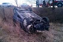 Několik metrů mimo silnici a s autem na střeše skončil v sobotu odpoledne řidič, který nezvládl řízení mezi Moravským Pískem a Veselí nad Moravou.