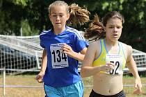 Nadějná hodonínská rychlobruslařka Marie Kadlecová (vlevo) ve svých třinácti letech ovládla na Malokarpatském krosu kategorii žen.