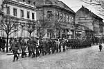 Hodonín – Okupační armáda pochoduje u Rodinovy ulice.