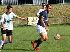 Další porážku fotbalistů Mutěnic neodvrátil ani zkušený útočník Dalibor Koštuřík (na snímku v tmavém).