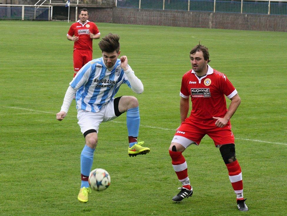 Fotbalisté Šardic (v modrobílých dresech) si poradili se sousedními Svatobořicemi a po jednoznačné výhře 5:0 postoupili do finále okresního poháru.