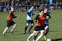 Fotbalisté Žarošic (v oranžových dresech) v úvodním jarním zápase nestačili na sousední Uhřice, kterým v derby podlehli 2:3.