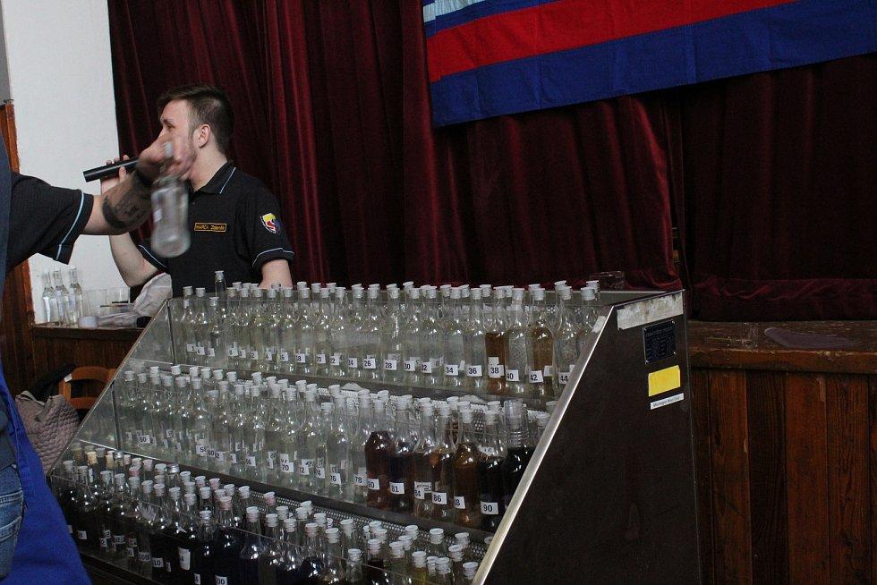 Milotičtí hasiči pohostili návštěvníky rekordního koštu drkotin.