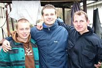 Útočník Vacenovic Marek Bařák (vlevo) společně s brankářem Jaštíkem a dalším forvardem Snášelem.