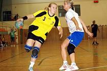 Hodonínská křídelnice Jana Furyová (ve žlutém) se proti Kunovicím střelecky neprosadila. Nováček druhé ligy prohrál s moravským rivalem 18:40 a v soutěži skončil.