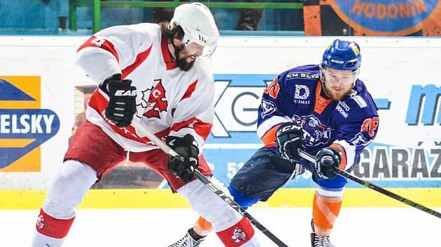 Hodonínští hokejisté (v modrooranžových dresech) zvládli třetí čtvrtfinálovou bitvu a po domácí výhře 3:1 se v sérii hrané na čtyři vítězné duely ujali vedení 2:1.