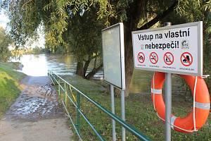 Řeka Morava a nové laguny u Rohatce v pondělí v podvečer.