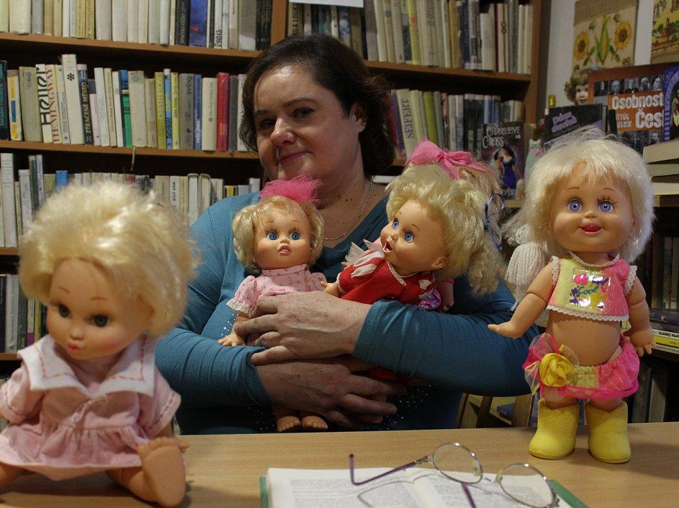 Sběratelka panenek Veronika Petraturová má exponáty i v záměstnání, v Obecní kníhovně v Medlovicích.