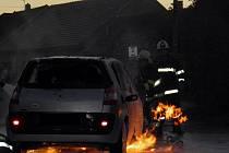 V Nenkovicích museli v pátek hasiči řešit požár auta. Vzplálo za jízdy.