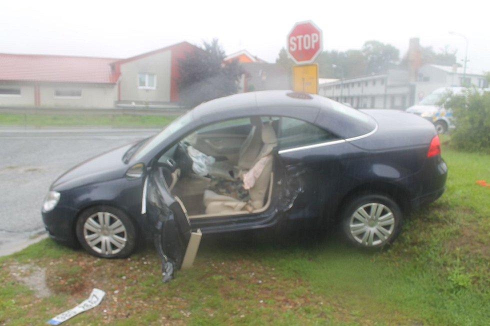 Řízení na mokré silnici nezvládl v sobotu po poledni řidič fabie v Bzenci. V zatáčce dostal kvůli nepřiměřené rychlosti smyk, vjel do protisměru a narazil do přijíždějícího VW Eos.