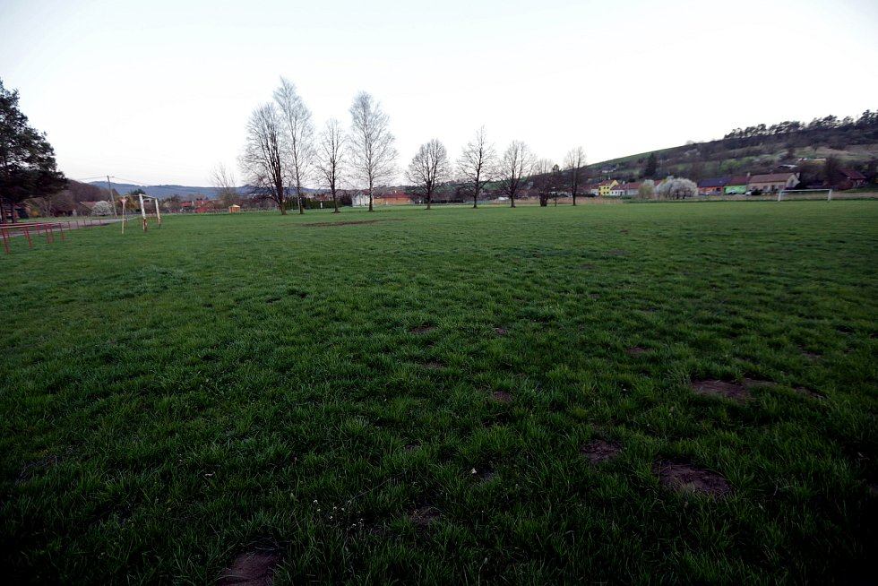Zaniklé fotbalové hřiště v Mouchnicích.