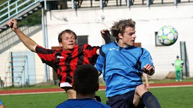 Defenzivní záložník Hodonína Zdeněk Štěpanovský (vlevo) bojuje ve středu hřiště o míč se zadákem Otrokovic. Slovácký celek doma po špatném výkonu prohrál 0:1.