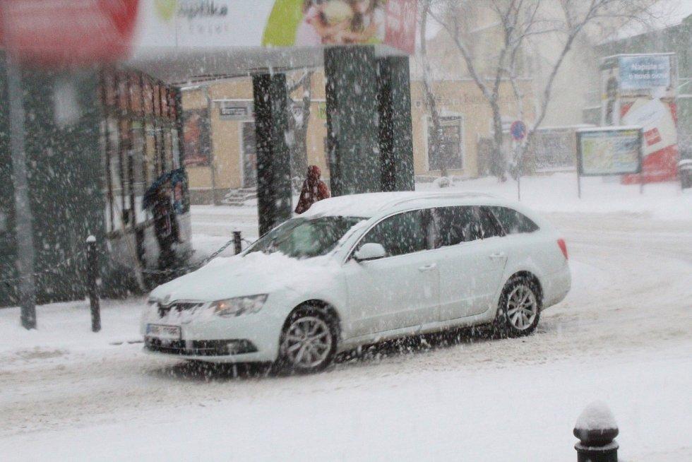 Padající sníh v Hodoníně na Národní třídě dopoledne 8. ledna.