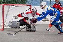Kyjovští hokejbalisté (v modrých dresech) o víkendu podlehli Jihlavě i Starému Brnu a do play-off Moravské ligy vyrazí ze čtvrté příčky.