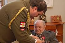 Válečný veterán převzal vojenské resortní vyznamenání Záslužný kříž třetího stupně