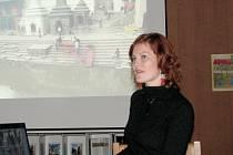 Sandra Rylková při přednášce o Nepálu v hodonínské knihovně.