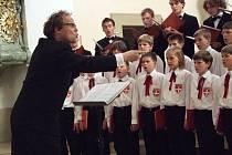 Sbor zpíval v kostele.