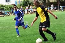 Roman Grabec (ve žlutém) nebude vzpomínat na zápas v Žarošicích příliš v dobrém. Zkušený fotbalista sice vstřelil jediný gól Kněždubu, ale po hrubé chybě hostujícího zadáka inkasoval celek z Veselska druhý gól.