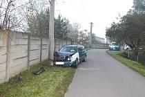 Náraz Mercedesu do betonového sloupu v rohateckých Soboňkách.