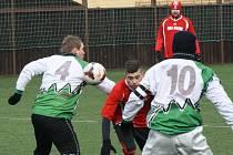 Fotbalisté Milotic (v bílém) podlehli v úvodním zápase 5. kola dubňanského zimního turnaje Osvětimanům 0:5.