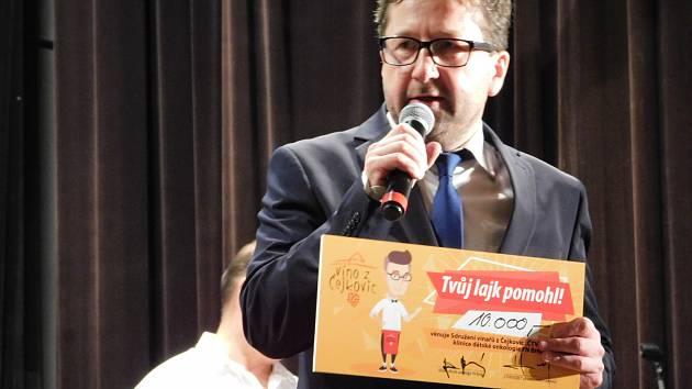 Sdružení vinařů z Čejkovic Čtvrtečníci uspořádali charitativní akci pro nemocné děti Tvůj lajk pomůže a na plese předali šek v hodnotě deset tisíc korun brněnskému Dětskému onkologickému centru.