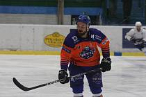 Hodonínští hokejisté (oranžové dresy) ve středu odstartují novou sezonu.