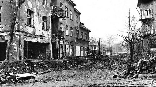 Válečné fotky, kdy většina domů a ulic v blízkosti nádraží vypadala podobně.