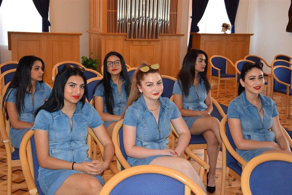 V Hodoníně se už připravují krásky na sobotní finále Miss Roma 2019, které se uskuteční v sobotu večer v tamním kulturním domě. Na radnici je přivítal starosta Libor Střecha.