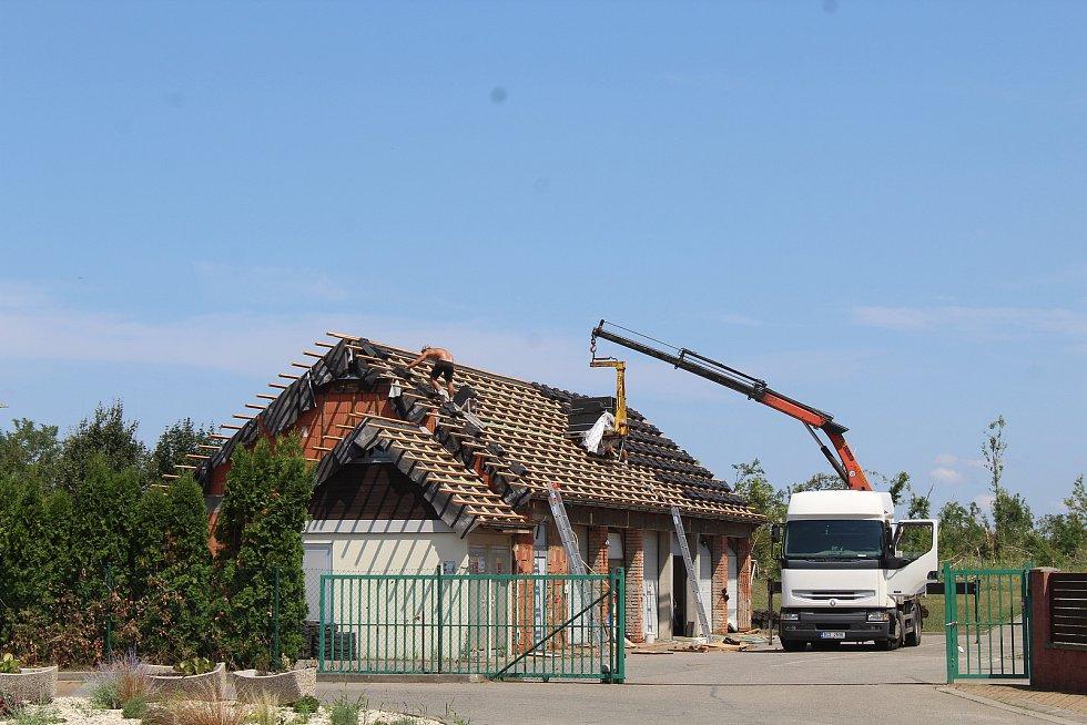 S-centrum v Hodoníně měsíc po tornádu.