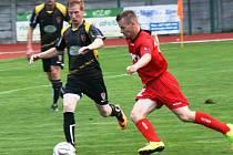Fotbalisté Hodonína (v červeném) přehráli ve vloženém 15. kole divize D předposlední Tasovice 4:0 a díky přesvědčivé výhře se znovu vrátili do čela čtvrté nejvyšší soutěže.