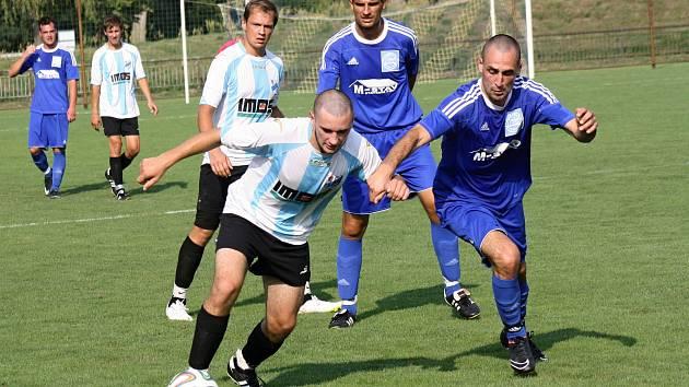 Fotbalisté Rohatec (v tmavě modrém) porazili v úvodním jarním zápase první A třídy skupiny B FC Veselí nad Moravou 2:0.