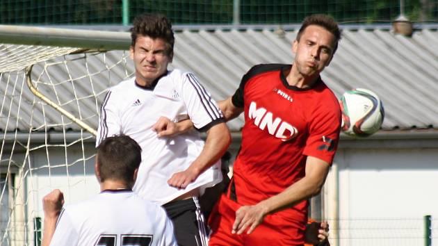 Hodonínský obránce Jakub Červinek (v červeném) se proti poslednímu Havlíčkovu Brodu blýskl gólem. Favorit ve 27. kole divize D zvítězil 5:1.