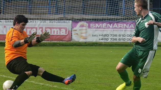 Dubňanský útočník Filip Koryčánek (na snímku střílí druhý gól) zaznamenal v Břeclavi dvě branky. Baník zdolal rezervu MSK 3:2 a v první A třídě je pátý.