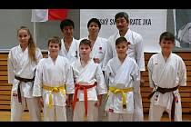 Japonský tým instruktorů. Zleva stojí Tatsuya Naka, Yutaro Ogane a Koichiro Okuma.  Vpředu jsou členové Karate Klubu Kyjov Petra Navrátilová, Aleš Vaculovič, Martin Luža, Petr Luža a Dominik Výlet.