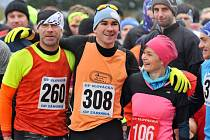 Známý slovenský vytrvalec Jakub Valachovič (na snímku uprostřed) s velkým náskokem ovládl tradiční Silvestrovský běh v Senici.