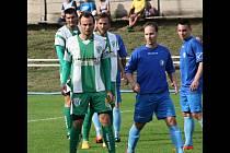Záložník Slovanu Libor Škodík mladší (v popředí) má za sebou stejně jako zbytek týmu parádní sezonu. V mateřském klubu by měl pokračovat.