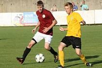 Mutěničtí fotbalisté (ve žlutých dresech) hned v prvním jarním zápase přišli v jihomoravském krajském přeboru o první místo. Na hřišti poslední Sparty Brno prohráli 0:1.
